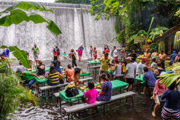 ресторан водопад на филиппинах, ресторан у водопада