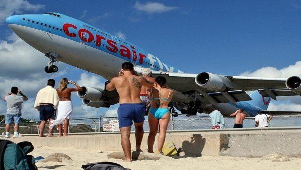 Пляж Maho Beach, где над головой летают самолеты, остров Сен-Мартен