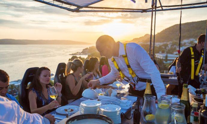 Dinner in the sky, куда поехать на выходные,ресторан в небе, ресторан в воздухе, ресторан в небе в Киеве, самый необычный ресторан в мире