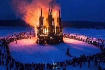 """В России вместо чучела сожгли """"готический"""" замок"""