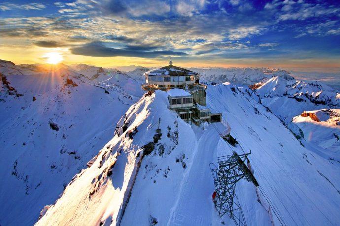 Долина водопадов, Лаутербруннен (Lauterbrunnen) Швейцария, куда поехать на выходные в Швейцарии, куда поехать на выходные в Европе, куда слетать на выходные в Европе, водопад в скале, самая красивая деревня в Швейцарии