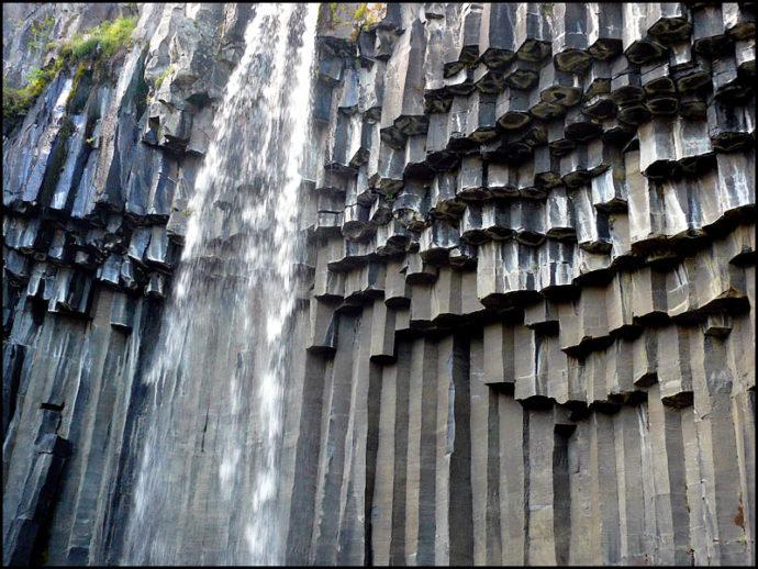 Водопад Свартифосс , куда поехать на выходные, куда поехать на выходные в Исландии, куда слетать на выходные в Европе, черный водопад в Исландии, водопады Исландии