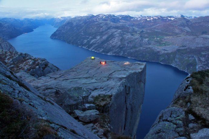 """Куда поехать на выходные в Европе, куда слетать на выходные в Европу, интересные места в Европе, утес Прекестулен в Норвегии, куда поехать на выходные в Норвегии, камень Кьёрагболтен, самый опасный камень, самый красивый утес, """"камень-горошина"""""""