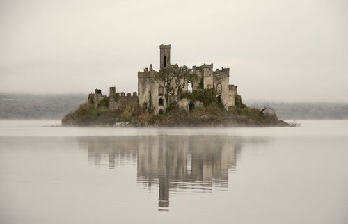 Куда поехать на выходные приглашает в Ирландию вграфство Роскоммон, на таинственное озеро Лох-Ки увидеть замок древнего клана МакДермотт.