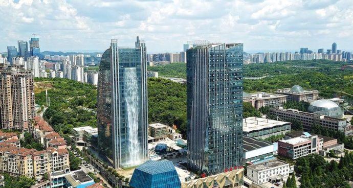 водопад в небоскребе, водопад на небоскребе в Китае, куда поехать на выходные в Китае, интересные места в Китае
