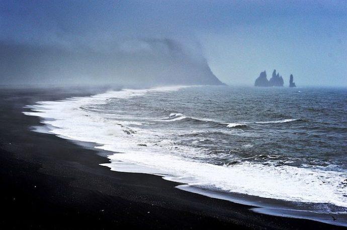 куда поехать на выходные в Исландии, черный пляж, пляж с черным песком, самый красивый пляж в мире, куда поехать на выходные в Европе, черный пляж в Исландии