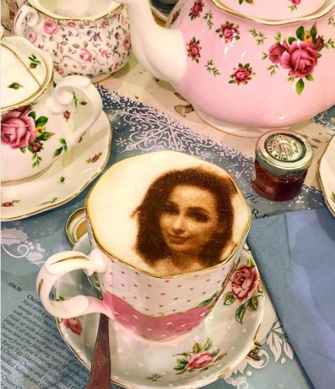селфи-капуччино, селфиччино, арт латте, лондонское кафе где делают селфи кофе, куда поехать на выходные